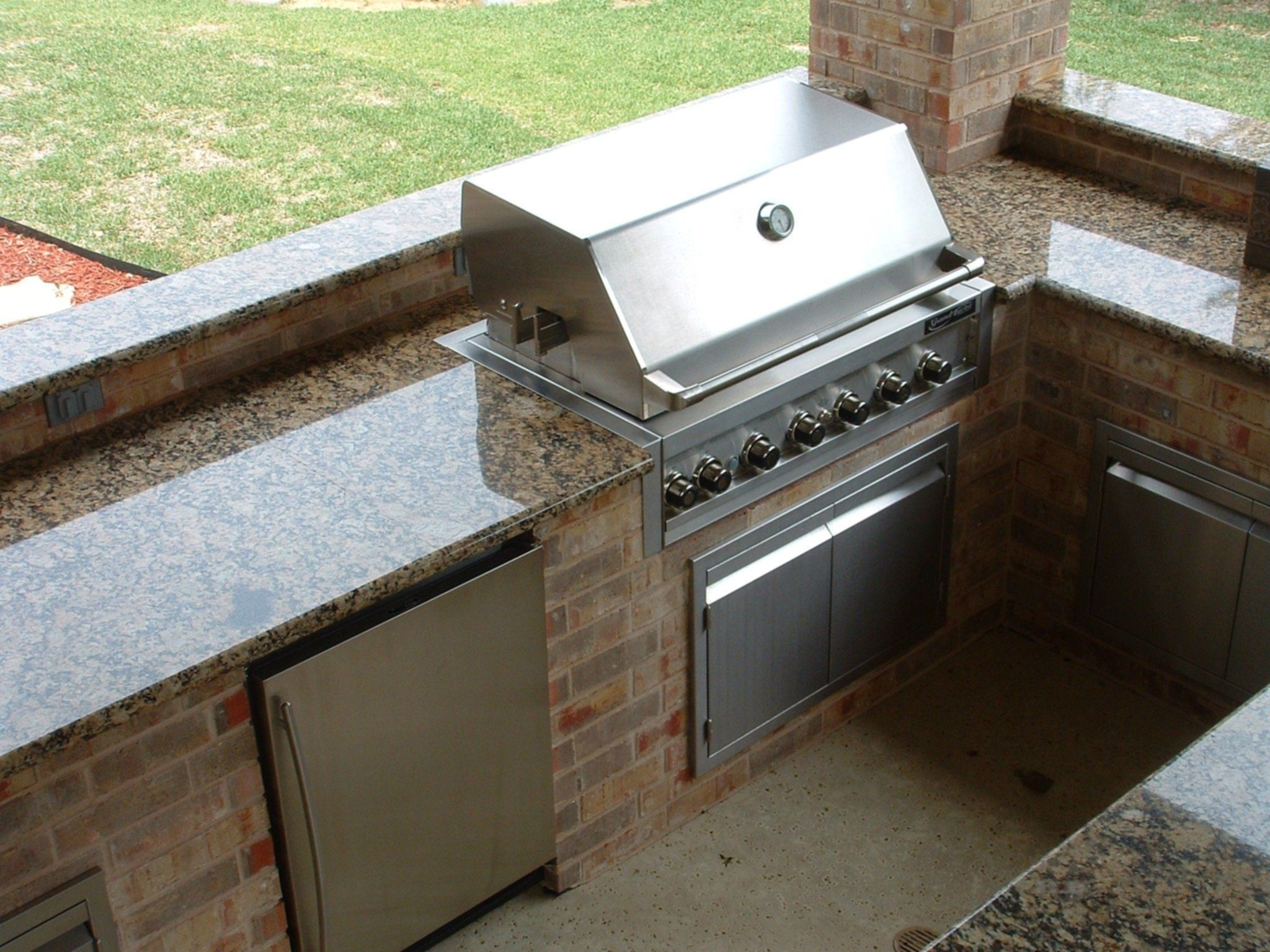 Outdoor Kitchen With Tin Roof And Granite Countertops ...